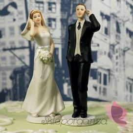Porcelanowa figurka na tort - Para Młoda z komórkami