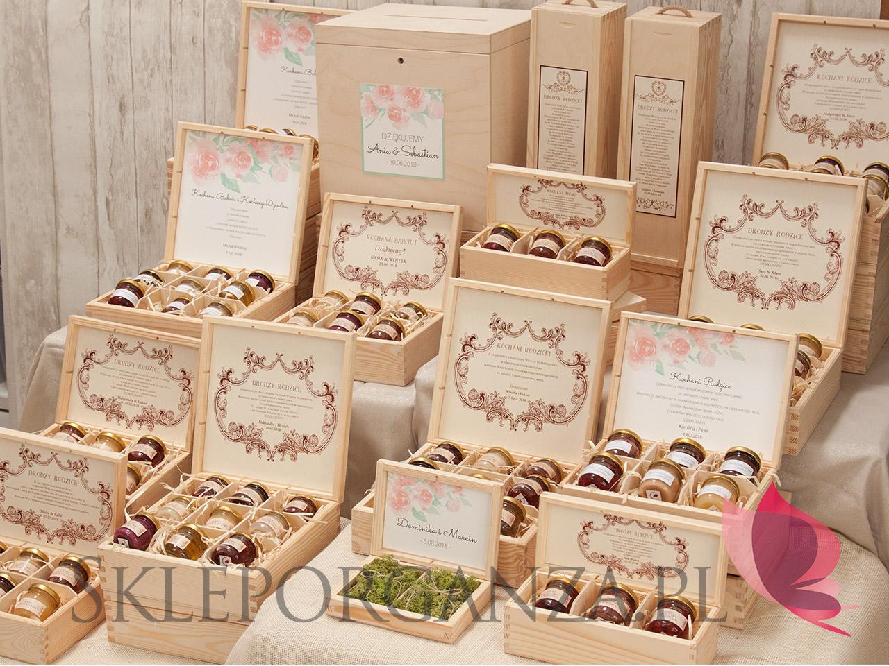 Pudełka na obrączki, skrzynki na koperty, Poduszki pod obrączki, pudełko na obrączki sklep, pudełko na obrączki sklep internetowy, rustykalne ozdoby , rustykalne dodatki na wesele, rustykalne dodatki na ślub, sklep ślubny, rustykalne dekoracje sklep, drewniane pudełko na obrączki, personalizowane pudełko na obrączki, talerzyki i pudełka na obrączki, rustykalne dekoracje sklep internetowy, wesele w rustykalnym stylu, rustykalne wesele, styl rustykalny, ślub w stylu rustykalnym, rustykalne dekoracje stołu, sklep ślubny dekoracje, dekoracje weselne, akcesoria ślubne, akcesoria weselne, akcesoria rustykalne na wesele, Ślub i wesele w stylu rustykalnym, sala weselna w stylu rustykalnym, Naturalne motywy na ślub, drewniane ozdoby, drewniane motywy na ślub, Naturalne ozdoby weselne, Naturalne ozdoby sali weselnej, shabby chic, Naturalne dekoracje ślubne, Naturalne dodatki ślubne,