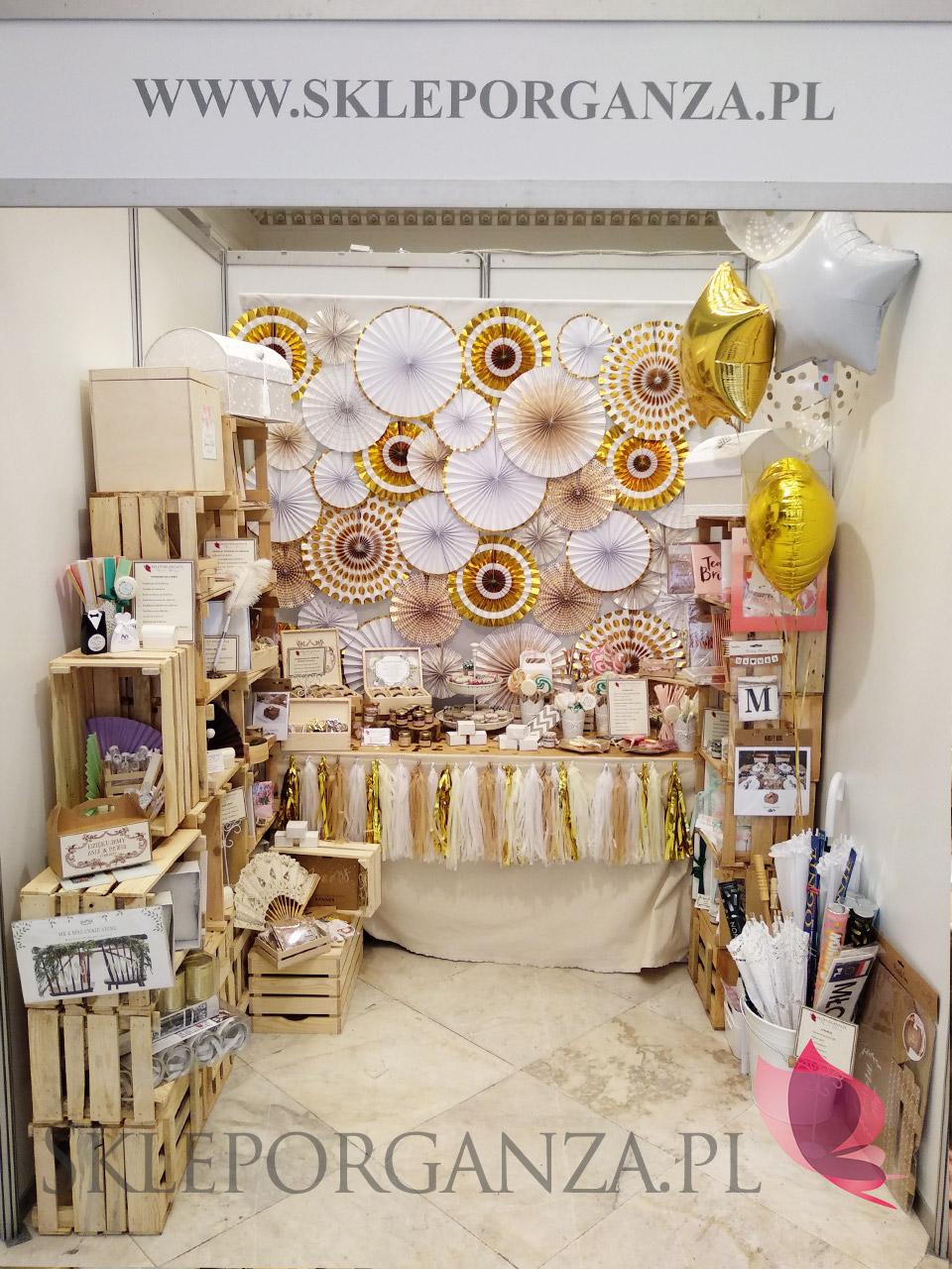 dekoracje rozetkami, papierowe rozetki do dekoracji, dekoracje papierowymi rozetkami, ścianka z papierowych rozetek, rozetki metaliczne, rozetki na wesele, rozetki do dekoracji scianki za para młodą, rozetki do sesji fotograficznych, rozetki do dekoracji słodkiego bufetu, rozetki do dekoracji sali weselnej